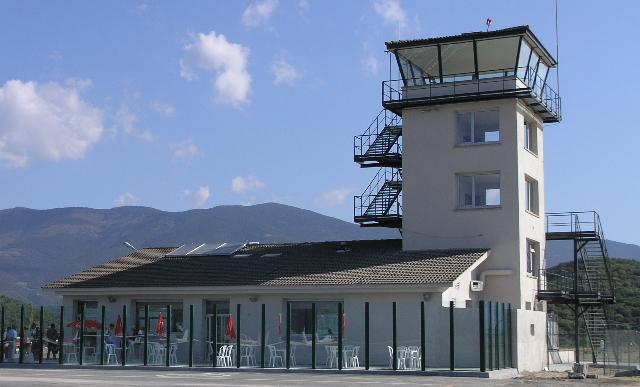 Torre de control y edificio social del aeródromo