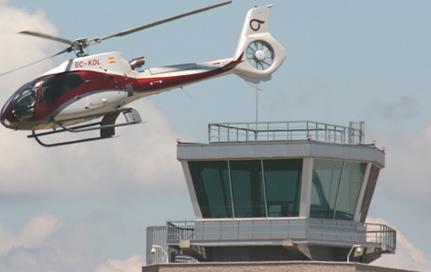 Un helicoptero sobrevuela el Aeropuerto de Sabadell