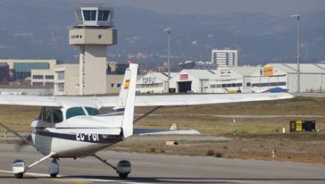 Un avión inicia la maniobra de despegue en el Aeropuerto de Sabadell
