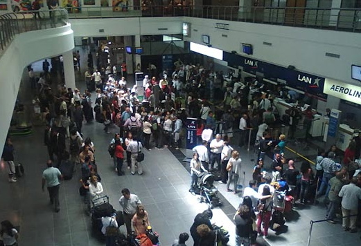 Pasajeros en el aeropuerto de Mendoza (Argentina)