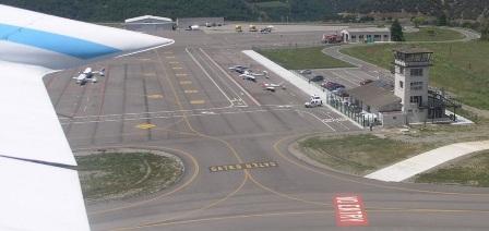 Vista de la plataforma de estacionamiento de aviones y helicópteros