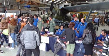 Los pilotos de la Patrulla Aspa, con mono azul y verde, firmaron posters y conversaron con el público