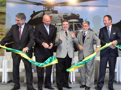 De izquierda a derecha Fernando PImentel (ministro de Industria), Eduardo Marson (CEO Helibras), Antonio Anastasia (Gobernador Minas Gerais), Celso Amorim (ministro Defensa) y Lutz Bertling (presidente Eurocopter)