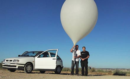 El cohete del grupo WikiSat se lanzará al espacio en un globo estratosférico como el de la imagen. A la derecha, Joshua Tristancho