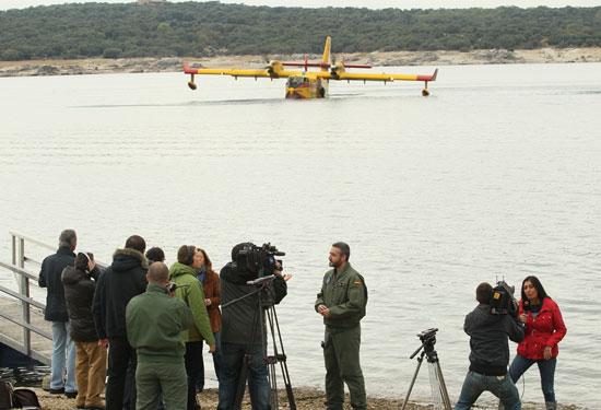 Vistosa rueda de prensa del Grupo 43, con los Canadair al fondo / Foto: Ministerio de Defensa