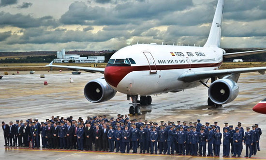 Foto de grupo de personal de la Unidad junto al Airbus A310 / Foto: Ministerio de Defensa