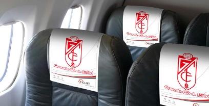 El logotipo del Granada C.F. en los reposacabezas de un avión de Helitt
