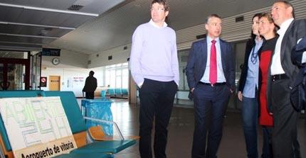 Iñigo Urkullu, segundo por la izquierda, ayer en el aeropuerto de Vitoria / Foto: PNV