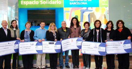 La directora del Aeropuerto de Barcelona, Sonia Corrochano, junto con los representantes de las OMGs beneficiarias