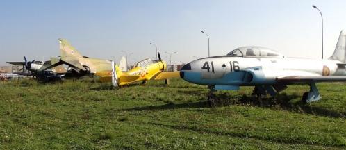 Junto a estos aviones se estacionarán los vehículos militares