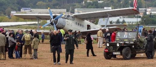 Antonov An-2 y un jeep, hoy en el Aeropuerto de Sabadell