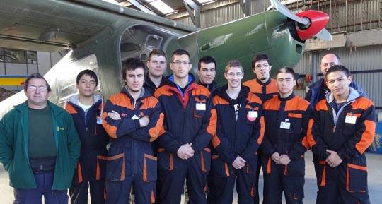 En la imagen, 9 de los 12 estudiantes, con dos de sus instructores, en el hangar de FPAC en el Aeropuerto de Sabadell