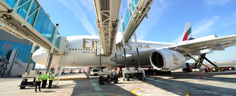 "Un A380 de Emirates en la zona de ambarque A 'Concourse"" de la Terminal 3 de Dubái"