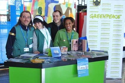 Los miembros de Greenpeace divulgan las actividades y objetivos de la organización