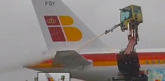 Deshielo de un avión de Iberia