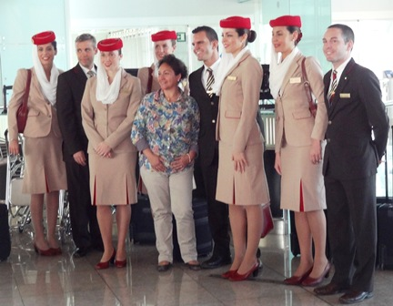 Tripulación de un vuelo de Emirates, en el aeropuerto de Barcelona