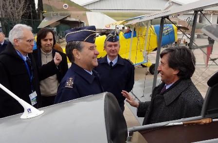 Francisco Javier García, de perfil, conversa con Carles Martí, presidente del Aeroclub. A la izquierda de la imagen, Domingo Jaumandreu, presidente de FPAC