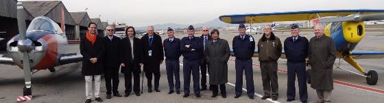 Foto de grupo de los jefes militares, acompañados por directivos del Aeroclub y patronos de FPAC