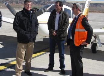 LOs pilotos de aviones con el director del aeropuerto de Teruel, Alejandro Ibrahim, a la derecha de la imagen
