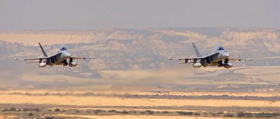 Aviones McDonnell Douglas F18 C.15 sobrevolando el Polígono de Tiro de las Bárdenas Reales / Foto: Ministerio de Defensa