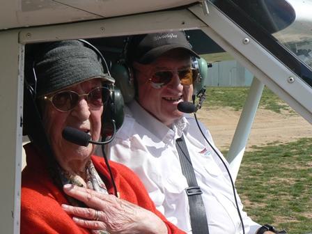 Maria Concepció y el piloto Jacint Puigmartí, hoy en el Tecnam antes de iniciar el vuelo. / Foto: Pere Ribalta