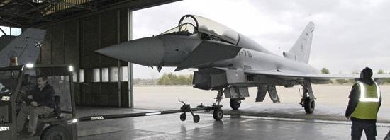 Entrada del Eurofighter en el hangar taller / foto: Ministerio de Defensa
