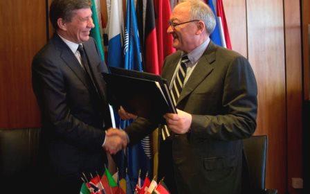 A la izquierda  Vladimir Popovkin, director general de Roscosmos y a la derecha Jean-Jacques Dordain, director general de la ESA