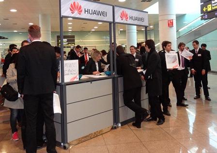 Asistentes al Congreso, recogiendo sus credenciales en el aeropuerto de Barcelona
