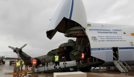 Embarque de uno de los helicópteros en un Antonov / Foto: Ministerio de Defensa