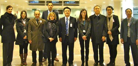 Los visitantes chinos acompañados por miembros de Aena