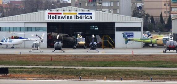 Heñlicópteros frente al hangar de Heliswiss Ibérica
