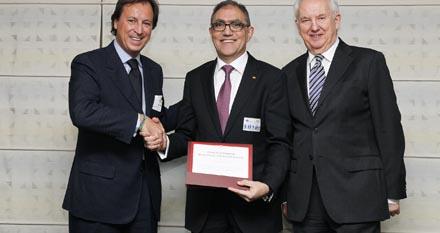 Jesús Prieto, en el centro de la imagen el diploma