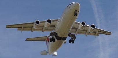 Un avión realizando la maniobra de aterrizaje en el aeropuerto de Barcelona
