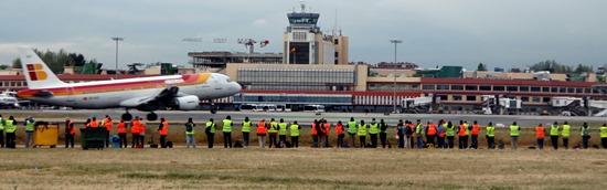 Los spotters, en plena acción ante la llegada de un avión de Iberia / Foto: Aena