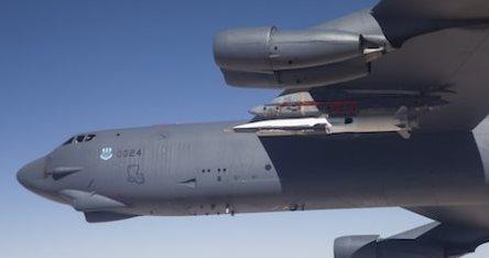 El X51A, de color blanco, antes de iniciar el vielo / Foto: Boeing