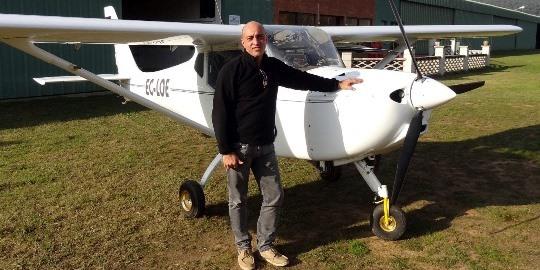 José Manuel de Vega, instructor de vuelo, junto al avión con el que realiza los bautismos del aire
