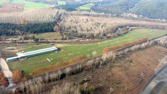 Imagen aérea del campo de vuelo de Hostalric. Se aprecia el trazado de la carretera que enlaza Hostalric con Arbúcies