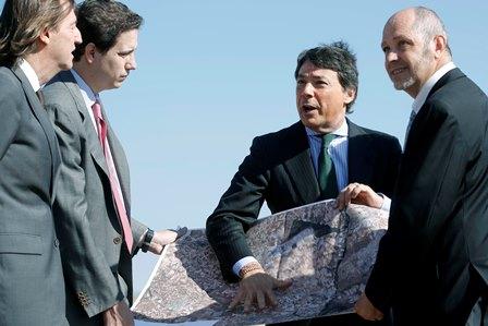 Ignacio González posa su mano sobre un mapa, hoy durante la visita a los terrenos