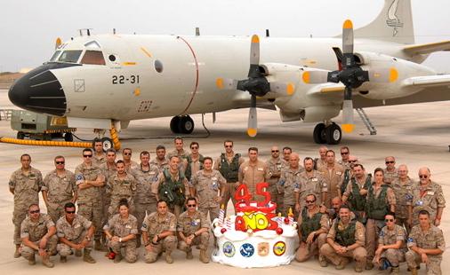 oto de grupo conmemorando el 45 cumpleaños del avión P.3 Orión del Ejército del Aire / Foto: Ministerio de Defensa