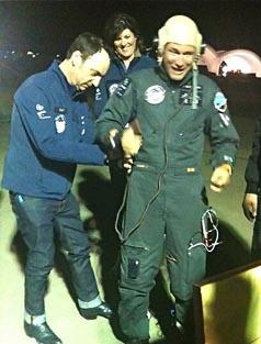 Bertand Piccard, tras bjarse del avión / Foto: Twitter del aeropuerto de Saint Louis