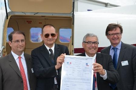 Directivos de Voldirect y Daher-Socata muestran en Le Bourget la AOC que ha obtenido la compañía / Foto: Daher-Socata