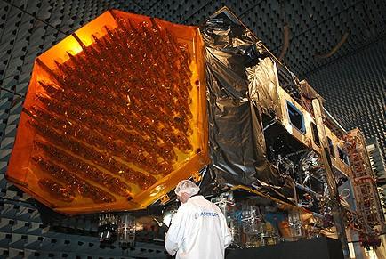 El satélite Alphasat, en las instalaciones de Astrium en Toulouse