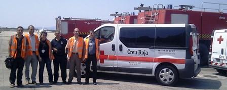 Representantes del aeropuerto y la Cruz Roja en Girona durante el momento de la donación