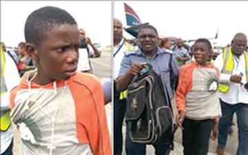 El adolescente, en el aeropuerto de Lagos