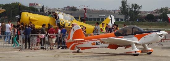 En primer término, el acrobático CAP-10B del Aeroclub. Detrás, el T-6 Texan de PAC / Foto: JFG