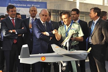 El ministro del Interio, Jorge Fernández Díaz, observa la maqueta del UAV utilizado en el Proyecto Perseus / Foto: Gurdia Civil