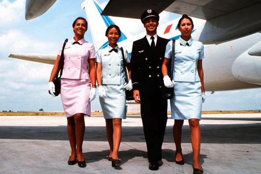Azafatas y comandante de Air France, en 1969. Ellas lucen uniformes diseñados por Balenciaga / Foto: Air France