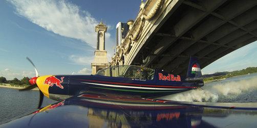 Peter Besenyei, el 7 de octubre, hizo en Malaisia un vuelo de demostración pasando por debajo de un puente
