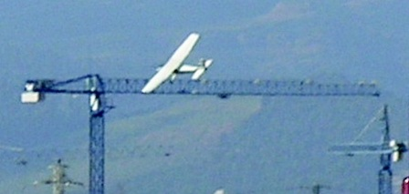 El avión Cessna 172 del Aeroclub Barcelona Sabadell, momentos antes de impactar contra la grúa / Foto: JFG - AeroTendencias