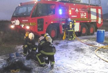 Los bomberos de Vitoria, en acción durante el simulacro / Foto: Aena